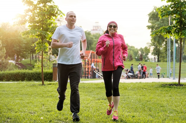 Lopend glimlachend rijp paar openlucht, sport actieve levensstijl