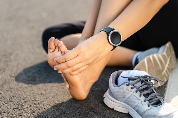Lopende blessure been ongeval-sport vrouw loper pijn met pijnlijke verstuikte enkel pijn. vrouwelijke atleet met gewrichts- of spierpijn en pijn in haar onderlichaam.