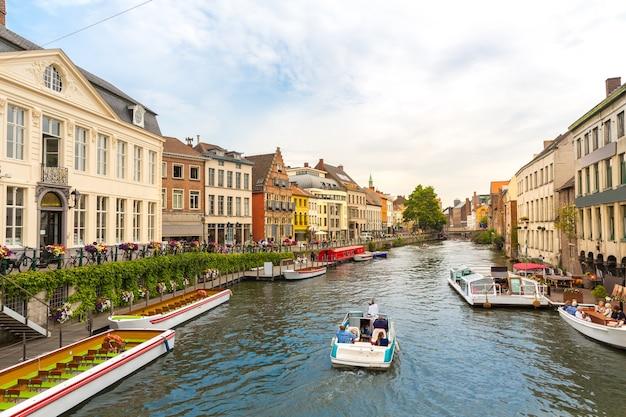 Lopende boten op rivierkanaal in oude toeristenstad, europa.