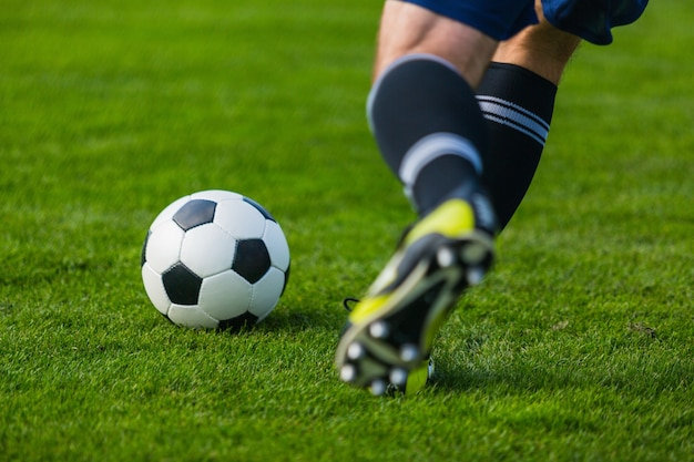 Lopende voetballer. voetbal voetbal achtergrond.