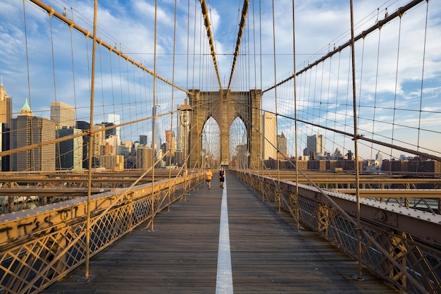 Lopers die via brooklyn bridge naar manhattan pendelen. new york, verenigde staten