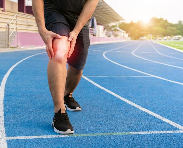 Lopers oefenen kniegewricht bot ontstoken