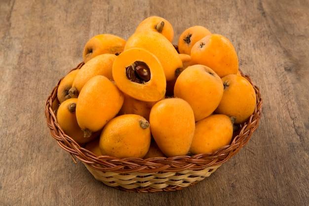 Loquat mispel fruit op houten ruimte. vers fruit.