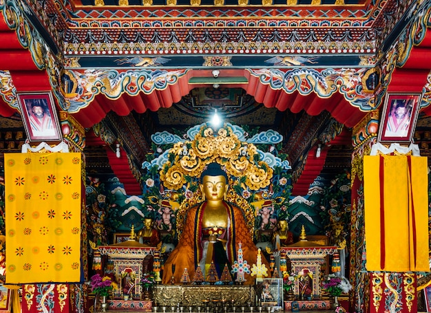 Lord buddha statue in bhutanese stijl binnen het koninklijke bhutanese klooster dat in bhutanese kunst in bodh gaya, bihar, india verfraaide.