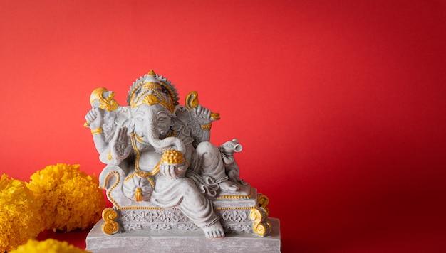 Lord ganesha standbeeld met prachtige textuur en bloem