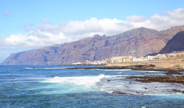 Los gigantes-bergen op het eiland tenerife, canarische eilanden