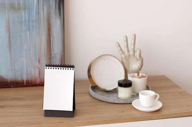 Losbladige notebook op houten tafel