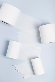 Losse wc-papier rollen op tafel