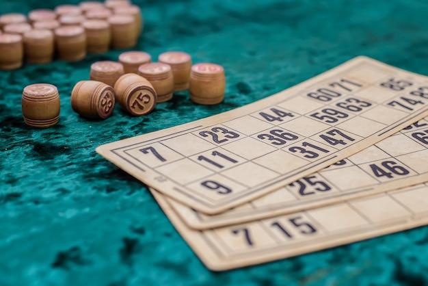 Lottokaarten en vaten op groen