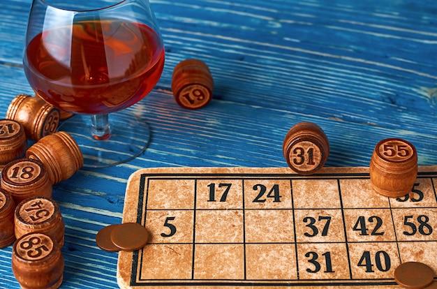 Lottospel met kaarten en houten vaten op een blauwe houten tafel