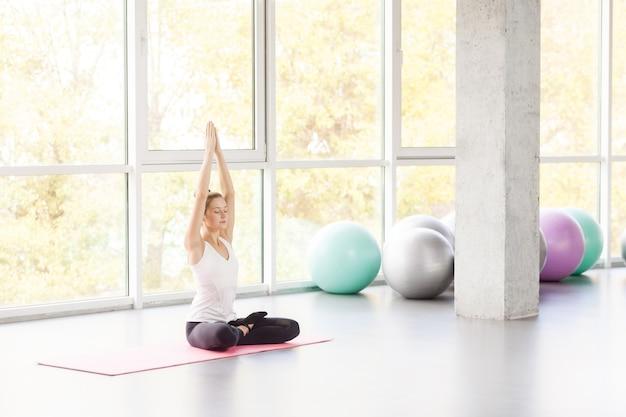 Lotus houding. vrouw doet yoga, asana, gesloten ogen. studio opname