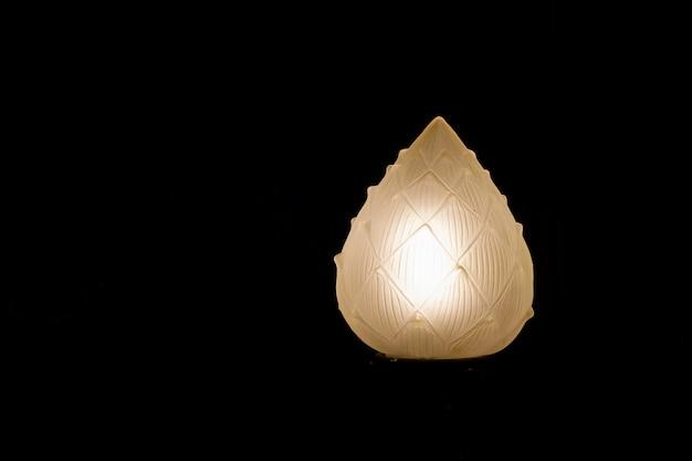 Lotus-lantaarn op zwarte achtergrond