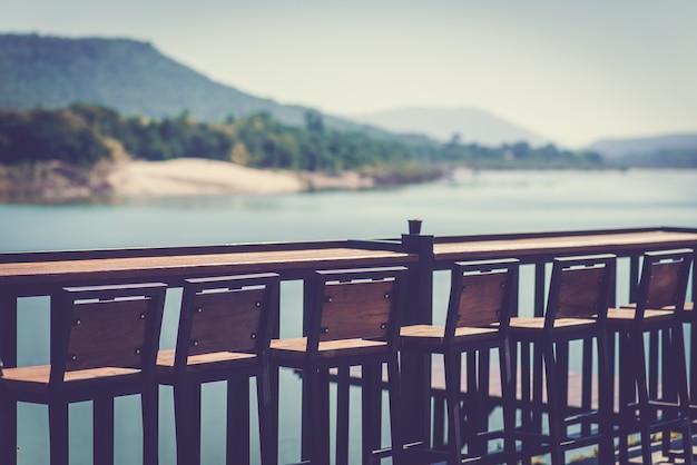 Lounge stoelen bij de rivier en de bergen