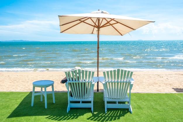 Lounge stoelen met parasol op een strand
