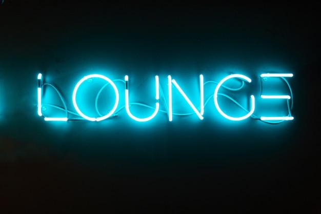 Lounge woord gemaakt van neon letters