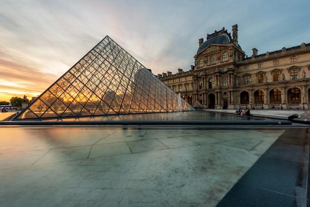 Louvrepiramide bij louvremuseum in parijs, frankrijk.