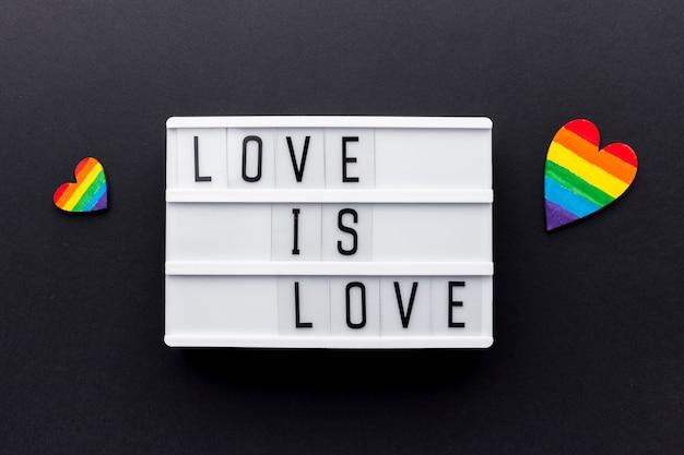 Love is love pride quote met kleurrijke harten