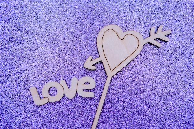 Love word, tekst met hart op paarse ondergrond. liefde en valentijn concept