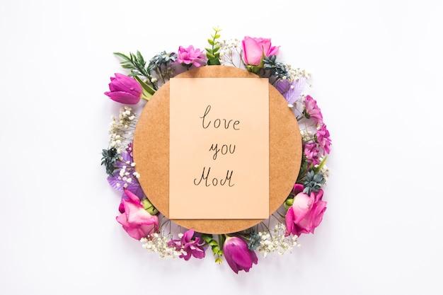 Love you mom inscriptie met verschillende bloemen