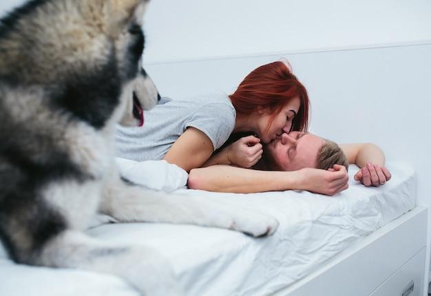 Lovers zoenen in het bed