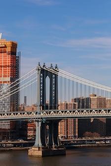 Lower manhattan skyline onder een manhattan bridge van het centrum van new york city, verenigde staten