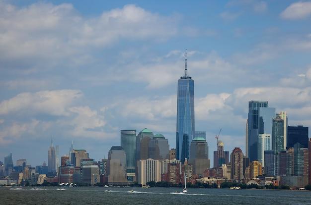 Lower manhattan van stadsgezicht en beroemde wolkenkrabbers in het panorama van new york city