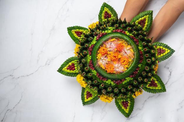 Loy krathong-festival. ingericht drijvend gezet op witte marmeren achtergrond