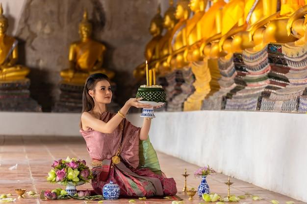 Loy krathong festival thailand. aziatische vrouwen zijn loy krathong voor bless the buddha color gold.