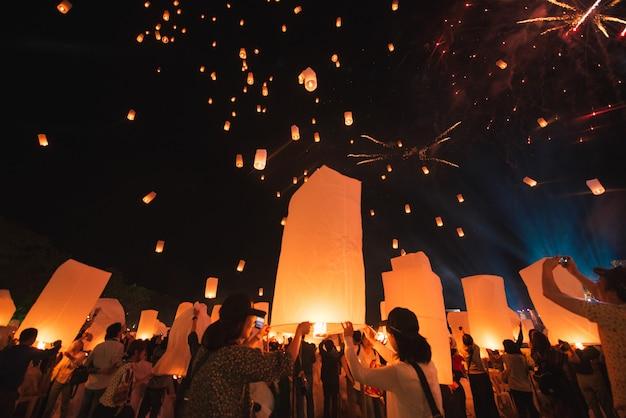 Loy krathong festival, thaise nieuwe jaarpartij met drijvende lantaarnsversie in de nachthemel
