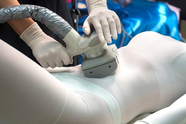 Lpg-massage voor het heffen van lichaam. kosmetische procedure in de salon