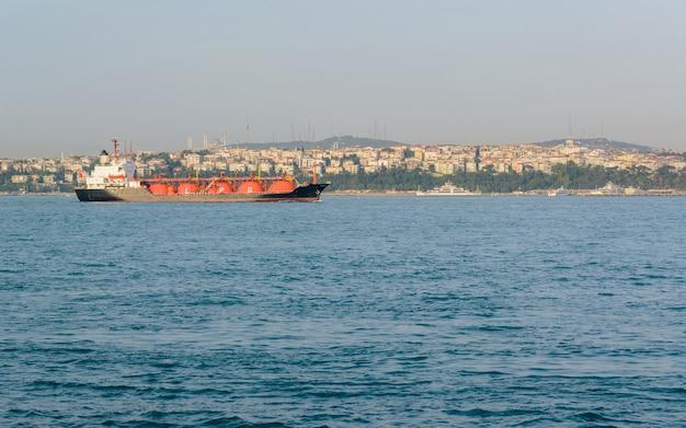 Lpg-tanker op zee met vloeibaar gas