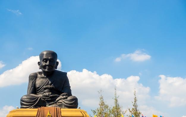 Luang pu thuat-standbeeld bij wat huay mongkol temple in thailand