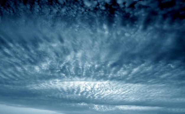 Lucht en donkere wolken