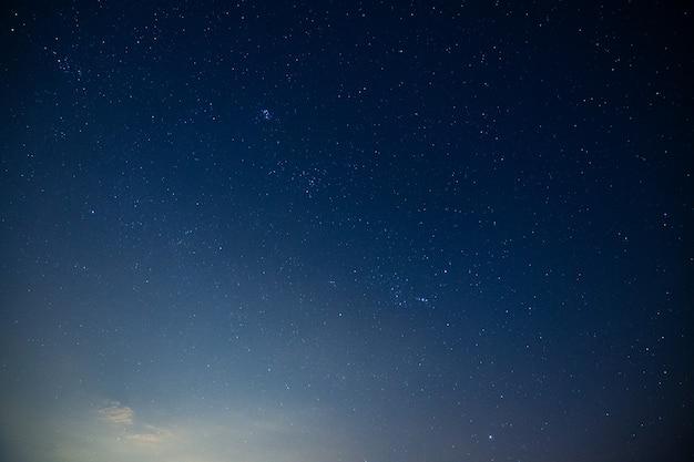 Lucht en sterren, wolken, licht van de maan 's nachts