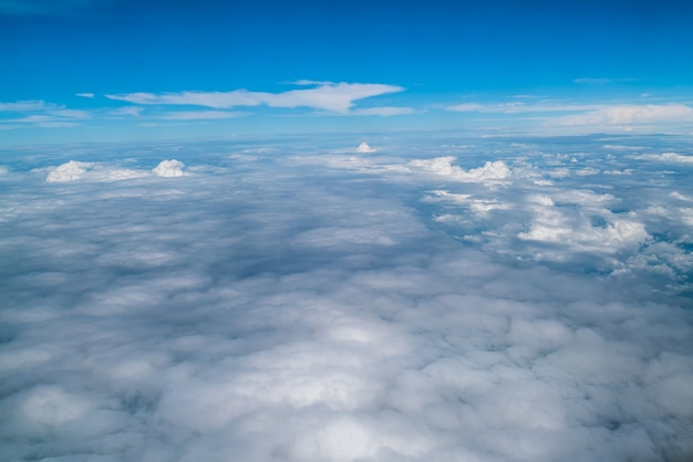 Lucht en wolken gezien vanuit het vliegtuig