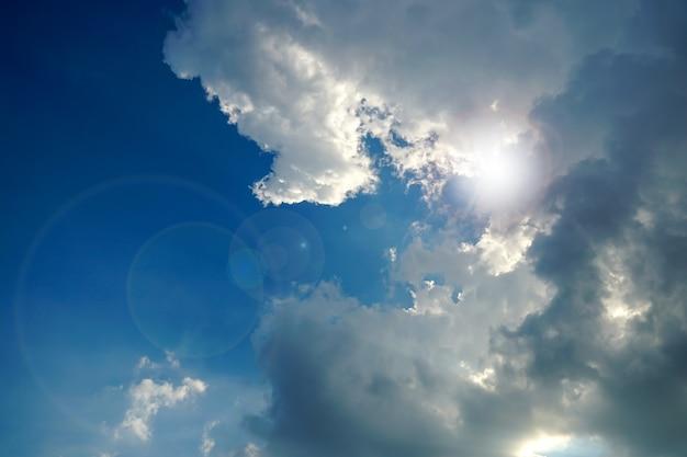 Lucht en wolken met zacht licht van de zon