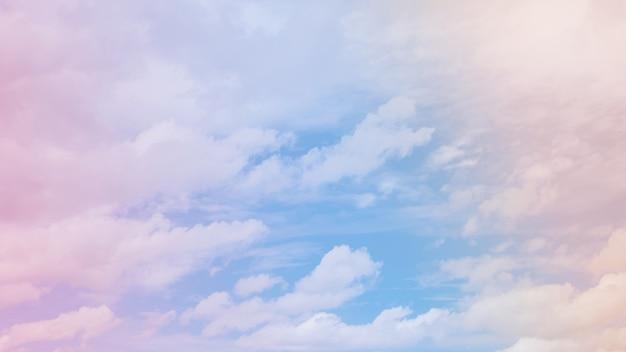 Lucht en wolken op een mooie pastelachtergrond. abstracte zoete dromerige gekleurde hemelachtergrond
