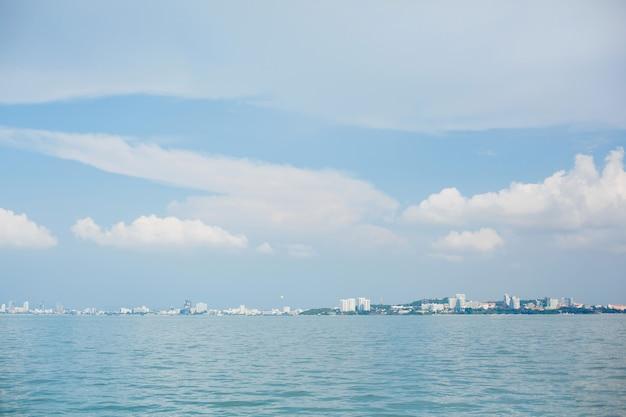 Lucht en zee of oceaan met een eiland is in de verte zichtbaar