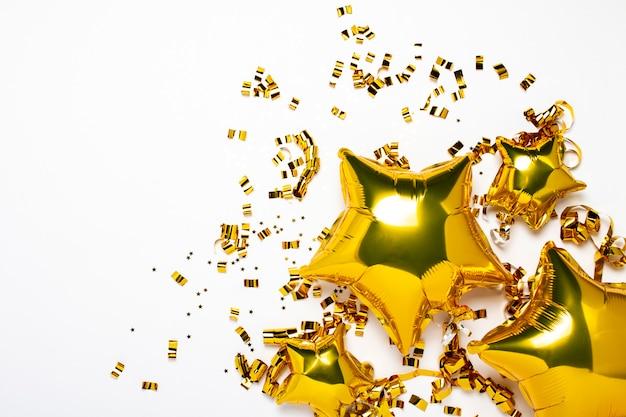Lucht gouden ballonnen ster en confetti vorm op een witte achtergrond.