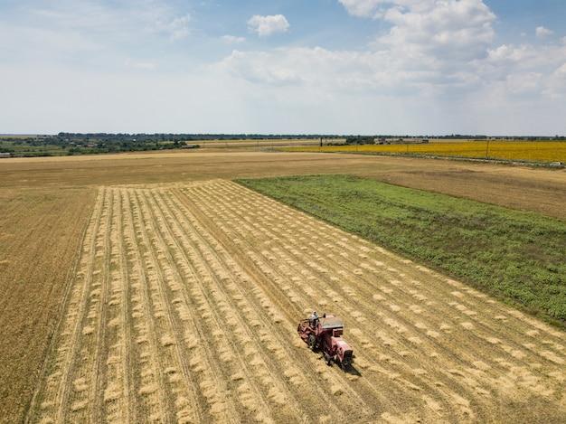Lucht hoogste mening aan geoogst gebied met tractor