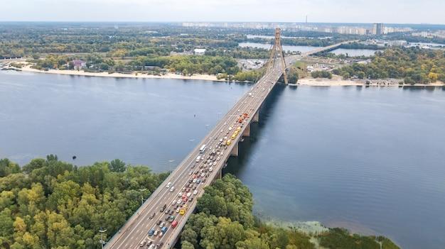 Lucht hoogste mening van automobiele de opstopping van de brugweg van vele auto's van hierboven, blok en wegreparatie, het concept van het stadsvervoer