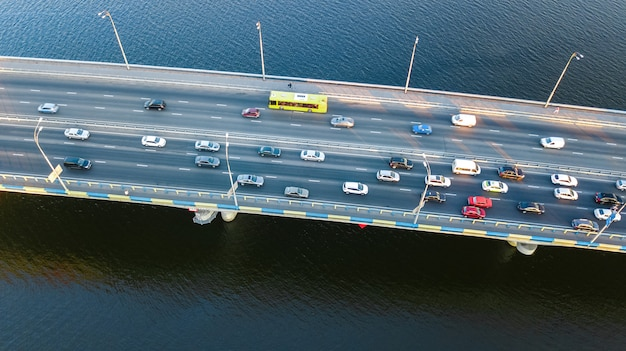 Lucht hoogste mening van automobiele de opstopping van de brugweg van vele auto's van hierboven, het concept van het stadsvervoer