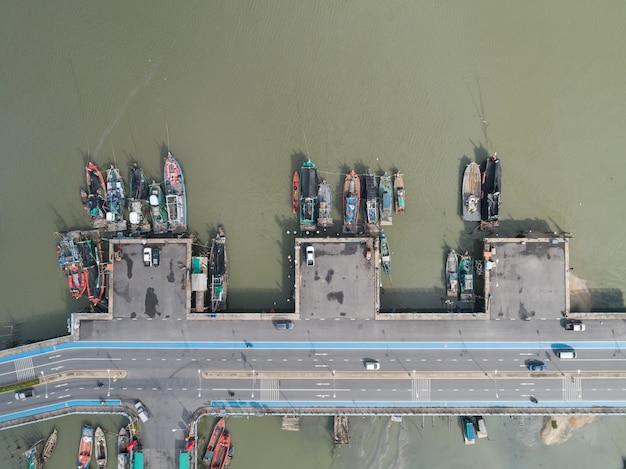 Lucht hoogste mening van vele vissersboten bij haven in chonburi, thailand.