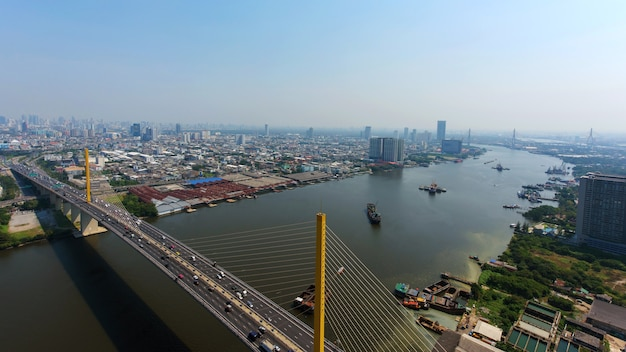 Lucht horizonmening van phra ram 9 snelweg boven chao phraya-rivier, bangkok, thailand