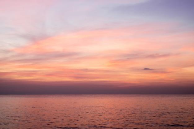 Lucht in roze, blauwe en paarse kleuren