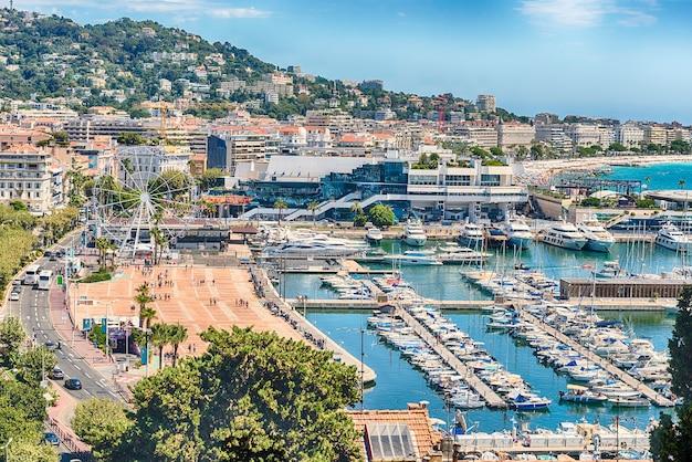 Lucht mening over de vieux port (oude haven) en het stadscentrum van cannes, cote d'azur, frankrijk