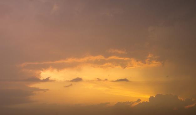 Lucht met wolken en zon