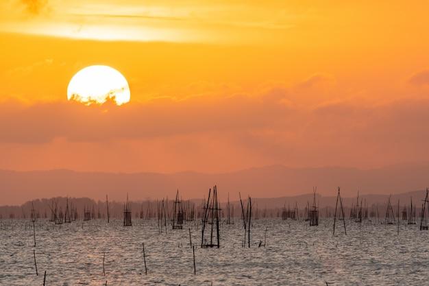 Lucht oranje licht en de grote zon valt