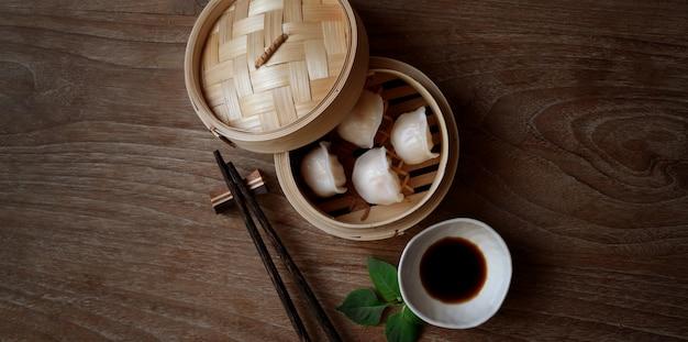Lucht schot van chinese gestoomde bol in een bamboestoomboot met eetstokje