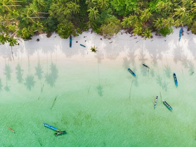 Lucht top-down boot caribisch zee van de boot het tropische strand in pasir panjang. indonesië molukse archipel, kei-eilanden, banda-zee. topreisbestemming, beste duiken snorkelen, verbluffend panorama.